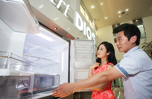 LG 디오스 냉장고 연구소를 방문한 김태희