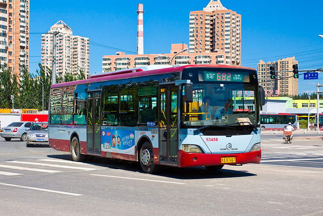 [Buses in Beijing]金旅 Golden Dragon XML6112UE13 北京公交集团 BPT #53458 Line 682 Front-right at Beiyuanjiayuan