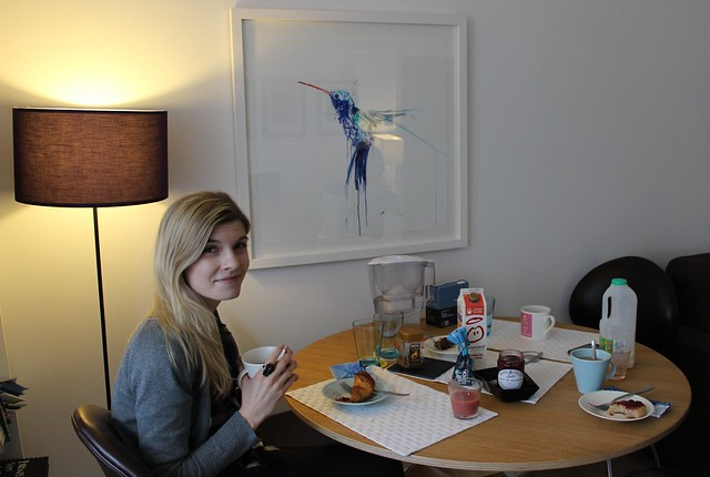 aamupalalla kolibritaulun kanssa