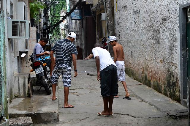 Grupo de chiquillos en la favela Rocinha de Rio de Janeiro