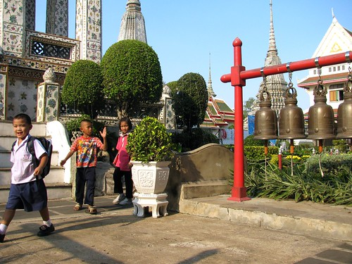 Niños pasean por templos del Wat Arun