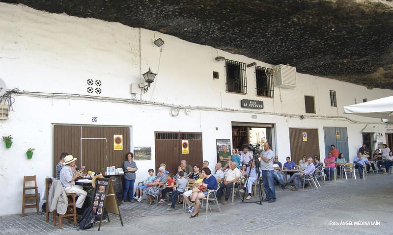 Imagen parcial de la terraza del Bar Las Escuevas, donde se celebró la presentación del libro