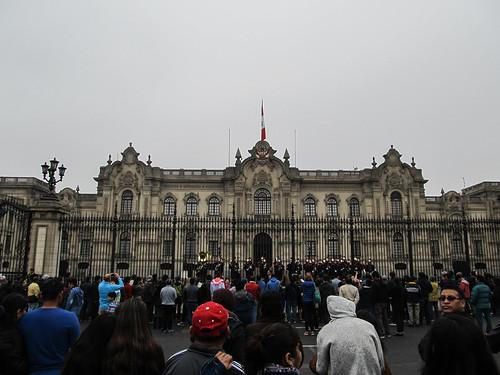 Lima: relève de la garde en fanfare devant le Palacio del Gobierno