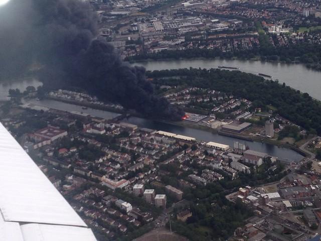 Blick schräg nach unten einige huntert Meter entfernt vom Großbrand in Ludwigshafen