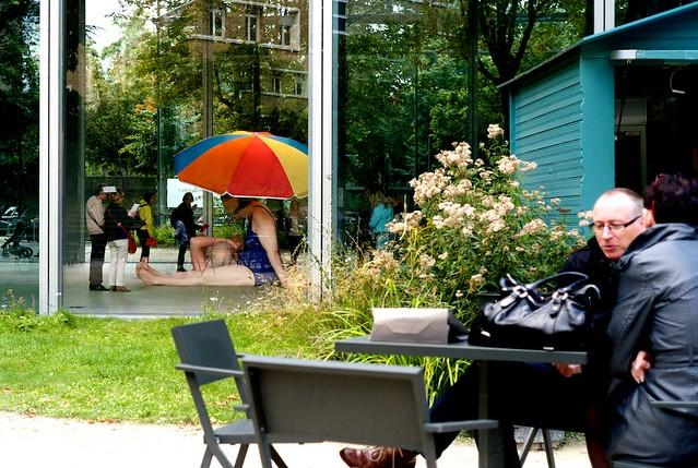 ロン・ミュエク展を裏庭から。よく見て! でかいでしょう。海水浴する老夫婦。