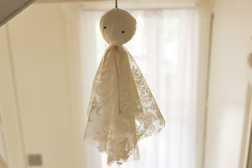 lace ghosts, spooky halloween, crafts