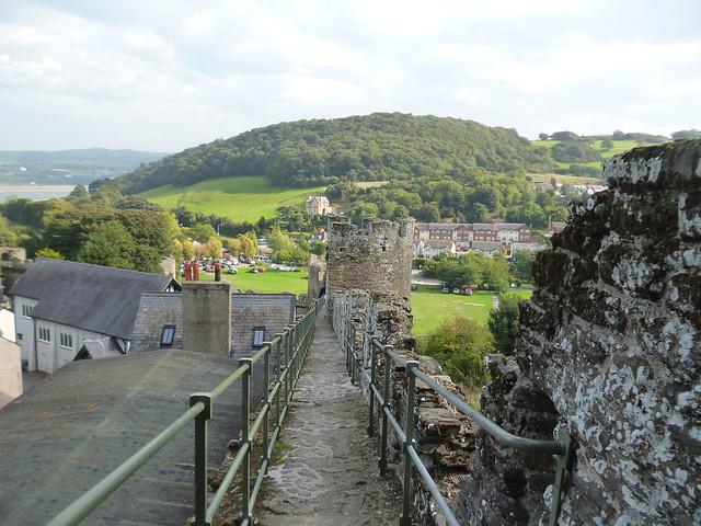 Przejście po murach zamku w Conwy