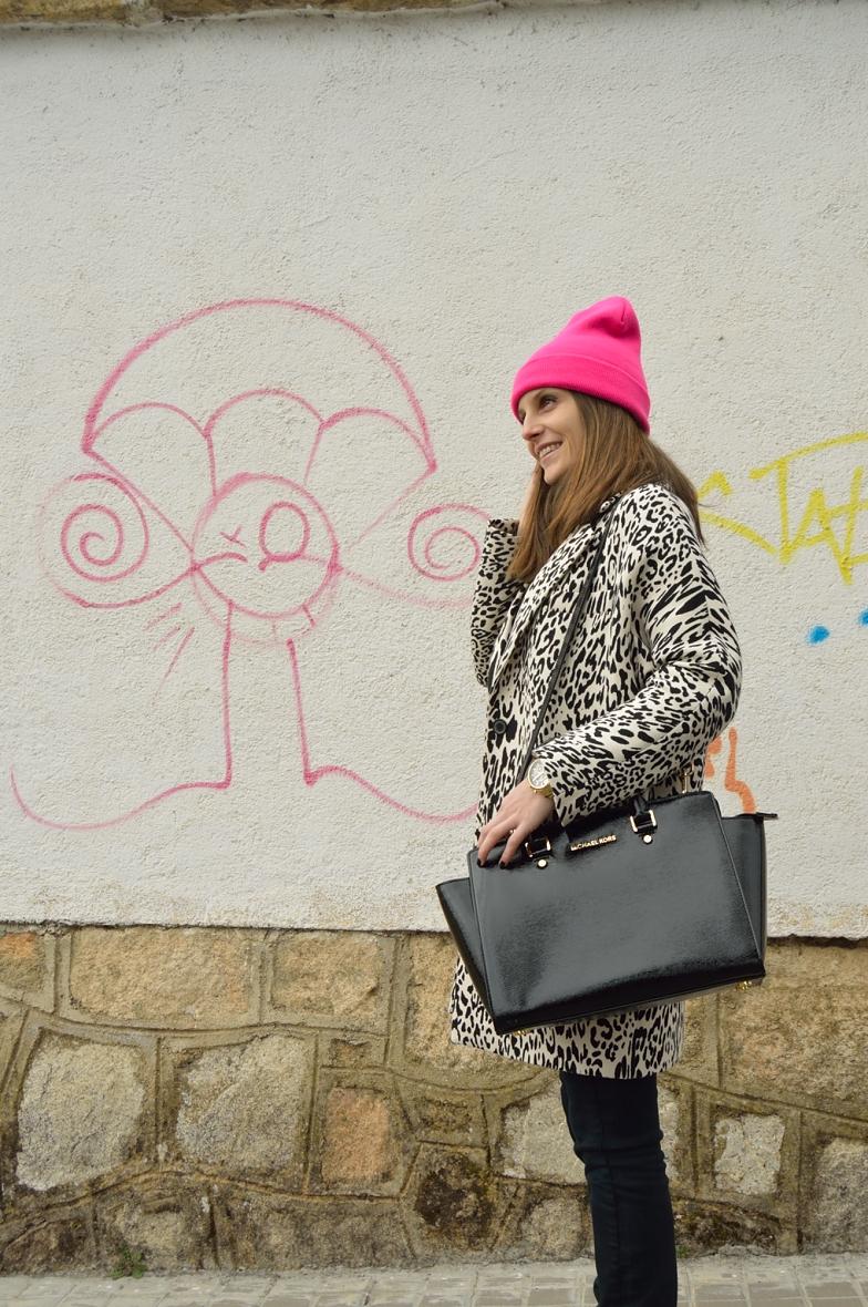 lara-vazquez-madlula-blog-pink-beanie-leopard-black-white-coat-look