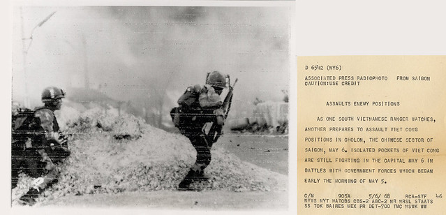 VIETNAM WAR PHOTO - ASSAULTS ENEMY POSITIONS CHOLON
