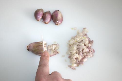 11 - Schalotten würfeln / Dice shallots