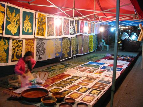 Puesto de pinturas en Mercado Nocturno de Artesanía