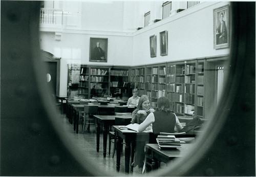 blackandwhite students interior library 70s peephole readingroom sweetbriarcollege