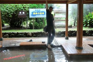 CIMG1132 Luchando por sobrevivir en el  baño muy caliente de pies en el Infierno Umi Jigoku (Beppu) 13-07-2010 copia