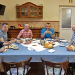 Weitere Besucher im Mai: links Inge und Franz Klein, in der Mitte Werner Gilde und Norbert Müller und rechts Stefan und  Christa Herwig (aus Alexanderhausen stammend) beim Frühstück im Heimathaus