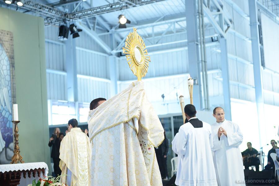 Adoração - Procissão com Jesus Eucarístic