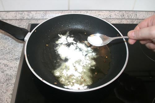 25 - Mehl einstreuen / Sprinkle flour