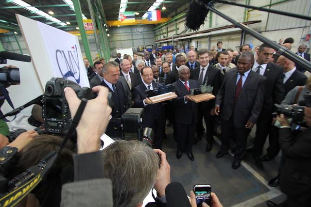 François Hollande et Armando Guebuza reçoivent chacun un morceau de la première tôle découpée dans le cadre de la commande effectuée aux CMN