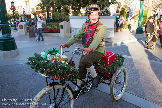 Disneyland Dec 2012 - Molly the Messenger delivers Holiday packages