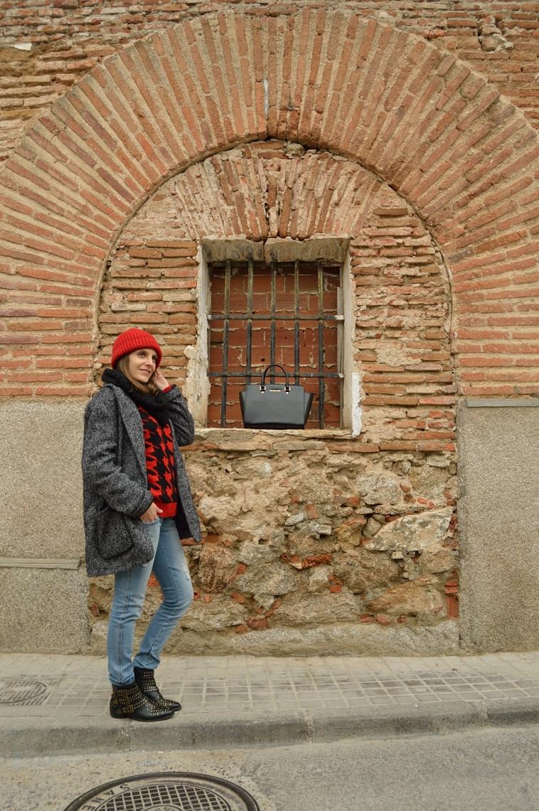 lara-vazquez-madlula-red-beanie-streetstyle-casual-oversized-coat