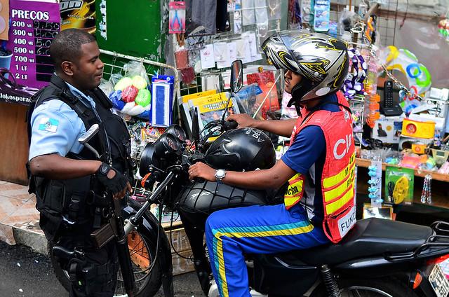 Policia frente a una moto taxi de Brasil