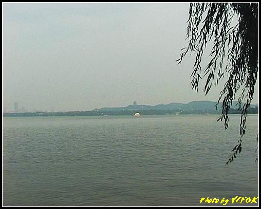 杭州 吳山天風景區 - 072 (城隍閣 從西湖十景之 蘇堤 望向城隍閣)