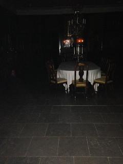 Ficklampans sken lyser upp – och kastar skuggor. 347fad6cc7cef