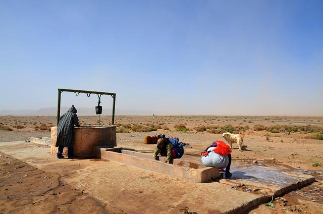 Lavando la ropa en un pozo del desierto en Marruecos