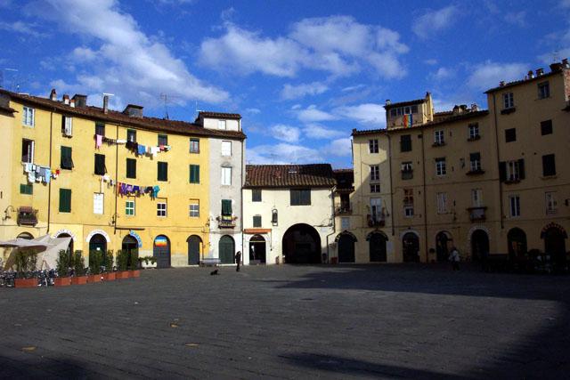 Plaza del Anfiteatro, Lucca. © Paco Bellido, 2003