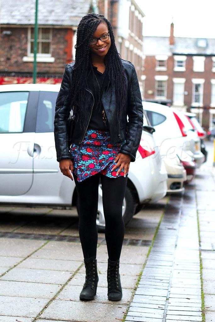 Printed-skorts-tights-black-shiney-look-sheepskin-jacket,Sheepskin jacket, sheepskin coat, Shiney Leather Look sheepskin jacket, how to style skorts, styling skorts, how to wear skorts, skorts, skort, Printed skorts