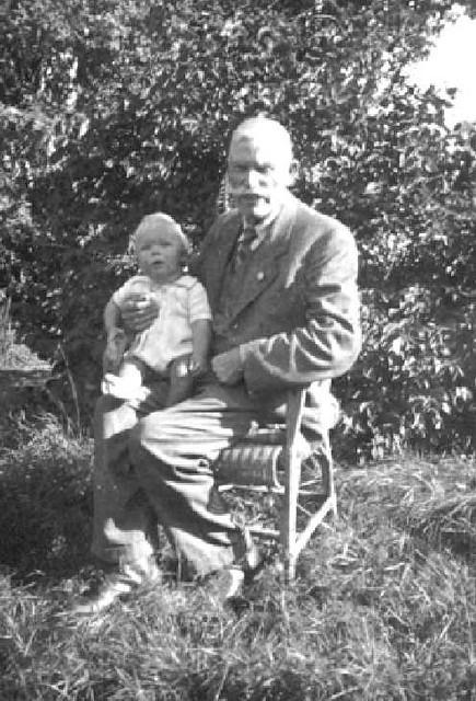 063-0007 Opa Sauff mit Enkelsohn Wolfram