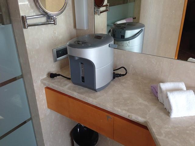 熱水瓶也放在浴室裡@台中裕元花園酒店