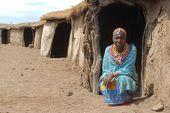 Massai-Frau am Eingang zu ihrer Hütte in einem typischen Massai-Dorf. Foto: Günther Härter.