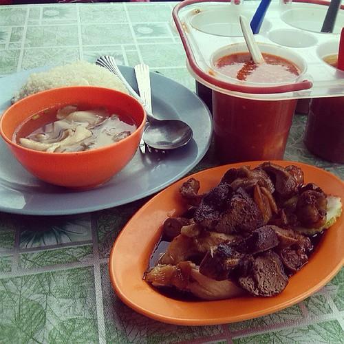 Apa yang menarik dengan nasi ayam ali ialah kuah sup cendawan dihidang dan juga pelbagai pilihan sambal. #jjm #jalanjalanmakan #food #foodporn #muar #Malaysia by Lensa Kugiran Jiwa