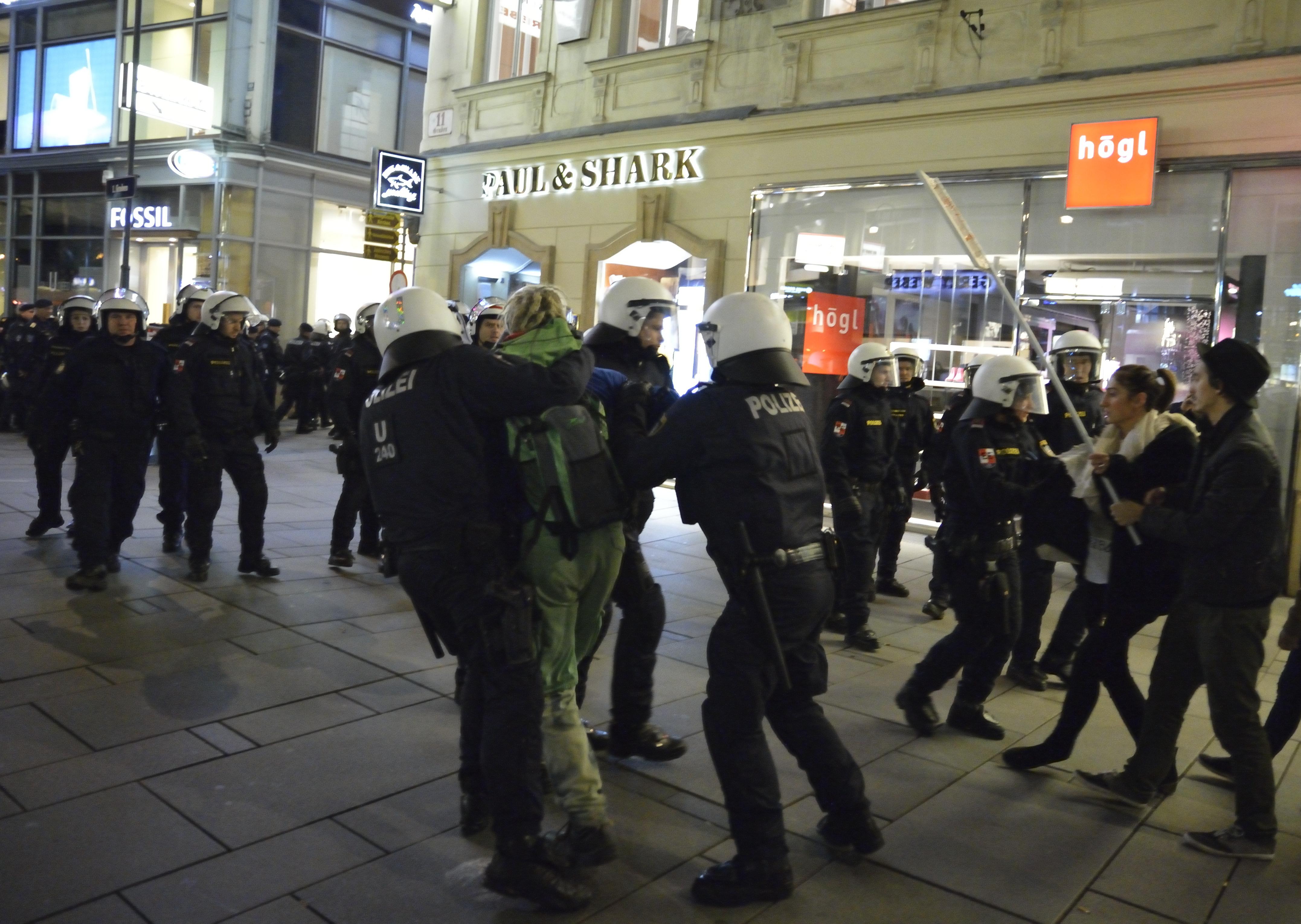 Demo Freitag Wien: Wien: Polizei Löst Antirassistische Kundgebung Am