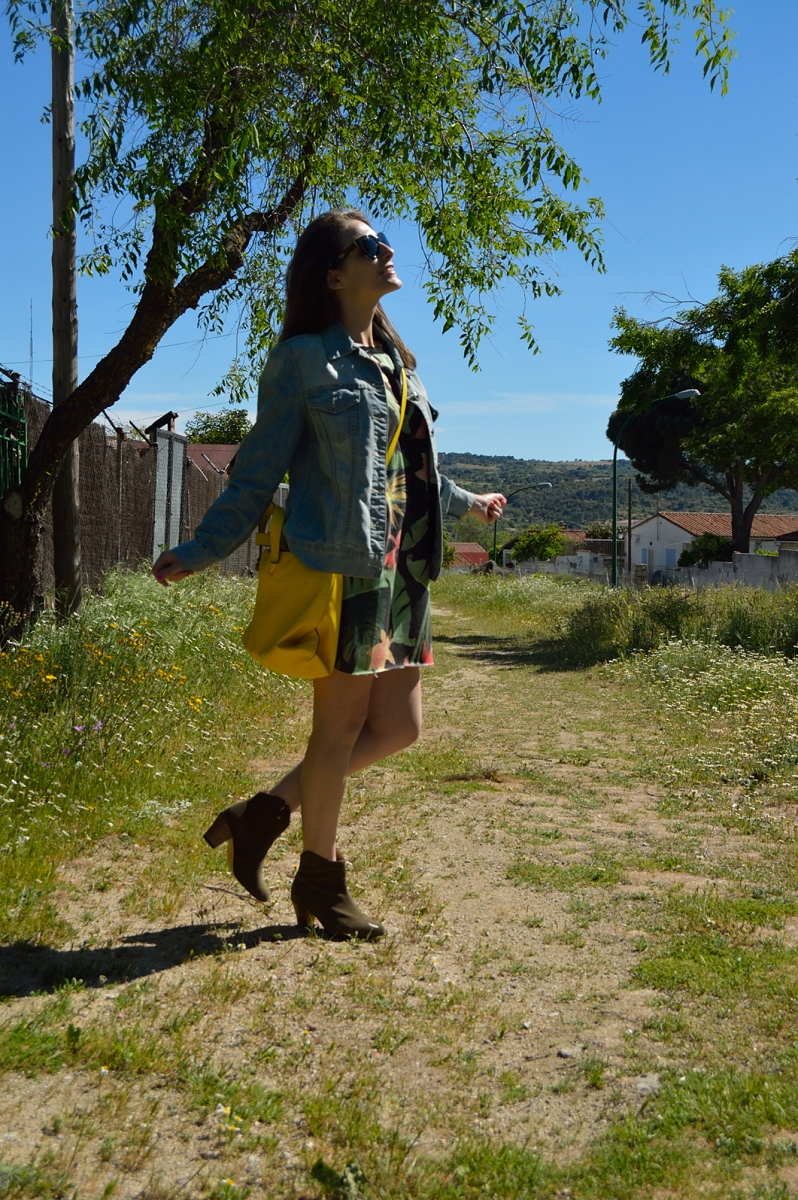 lara-vazquez-madlula-blog-look-tropical.-denim-spring