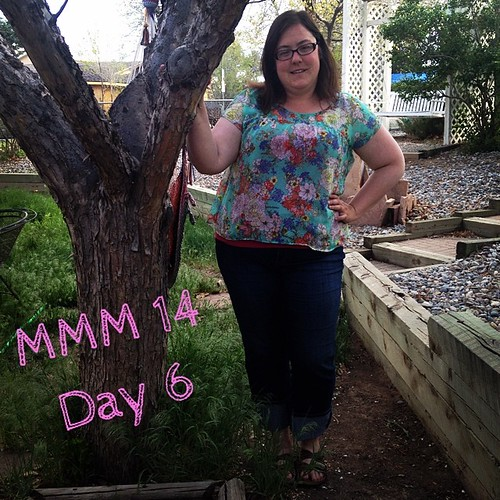 #mmmay14 #memademay day 5! Wearing my me made top from the staple dress pattern. The fit was awful on me at first (kimono sleeves are the bane of my existence), but I fixed it up with some aggressive yoke formation and gathering :) UMMMM yeah, and excuse