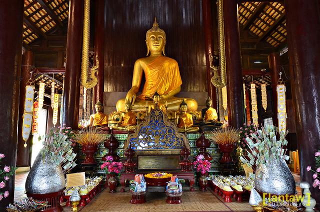 Wat Phan Tao principal Buddha image