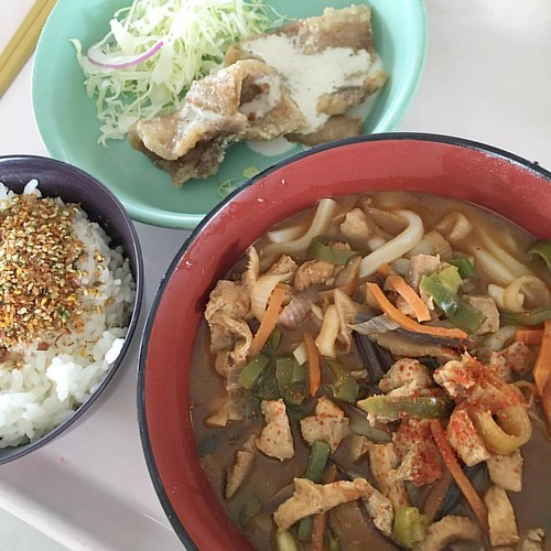 今日の社食は味噌うどんと豚肉揚げ! これ食って早く帰りたい!あれ? #japan #japanese #japanesefood #lunch #japaneselunch #canteen #今日の社食