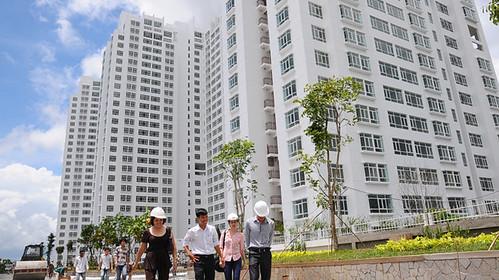 Khách đi xem nhà thuộc Dự án khu căn hộ Hoàng Anh Gold House tại xã Phước Kiển, huyện Nhà Bè, TP. HCM -
