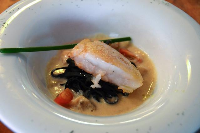 merluza con fetuccini negro y salsa carbonara