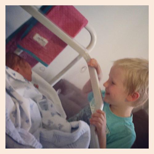 Corneel ontmoet zijn kersverse zusje Irene
