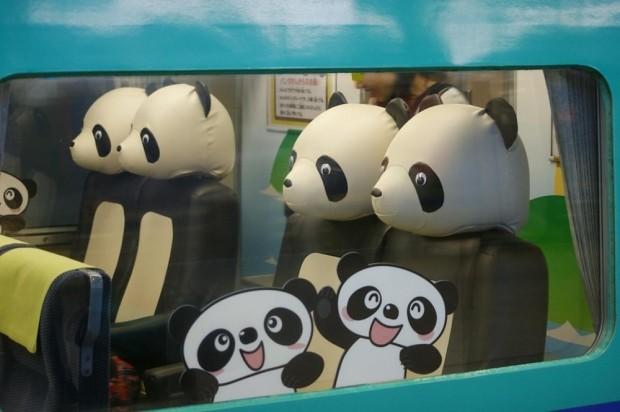 Photo:絶好の記念写真スポット!パンダ推しの和歌山県でパンダシートの電車に乗ろう|コロカルニュース コロカル編集部, colocal.jp 和歌山、といえばパンダ。パンダといえば和歌山なんです。なぜなら、ジャイアントパンダの飼育数が日本で最も多い(5頭)から。白浜の「アドベンチャーワールド」には「パンダランド」という、パンダに餌をあげられる施設もあったりするんですよ。 そんなパンダ推しの和歌山県では、電車もパンダ。京都〜大阪〜和歌山を結ぶ特急「くろしお」には、パンダのかたちのシートがあるんです。 パンダに変身して By Hase don