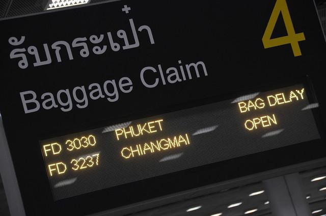 Cartel de retraso de maletas en el Aeropuerto de Bangkok