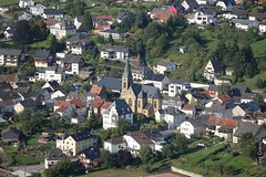 Zoom auf Serrig ab dem Ehrenfriedhof Kastel-Staadt (2014-09-16 -05)