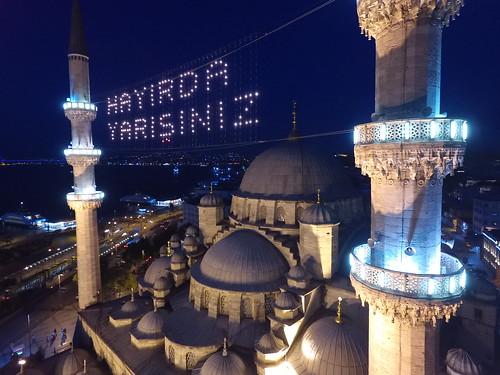 A világító felirat (Mahyâ) a levegőből.