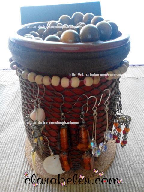 Organizar pendientes con medias de rejilla y tarro de barro