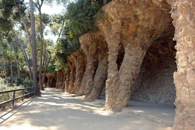 Viaducto del parque, un pintoresco lugar rodeado de vegetación perfecto para pasear Park Güell, el icono bonito de Barcelona - 9579152214 425c9bb6f1 z - Park Güell, el icono bonito de Barcelona