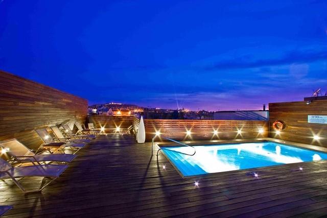 Hotel Lleo en Barcelona con piscina y Jacuzzi en la terraza con vistas a Barcelona