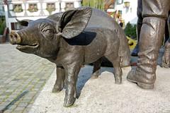 cattle-like mammal(0.0), bull(0.0), horn(0.0), rhinoceros(0.0), art(1.0), animal(1.0), domestic pig(1.0), sculpture(1.0), pig(1.0), fauna(1.0), pig-like mammal(1.0), statue(1.0), wildlife(1.0),