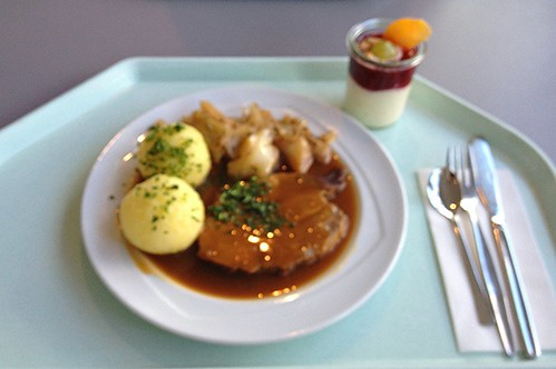 (Unscharf / blurred) Schweinebraten mit bayrischem Kraut & Kartoffelknödel / Pork roast with bavarian cabbage & dumplings